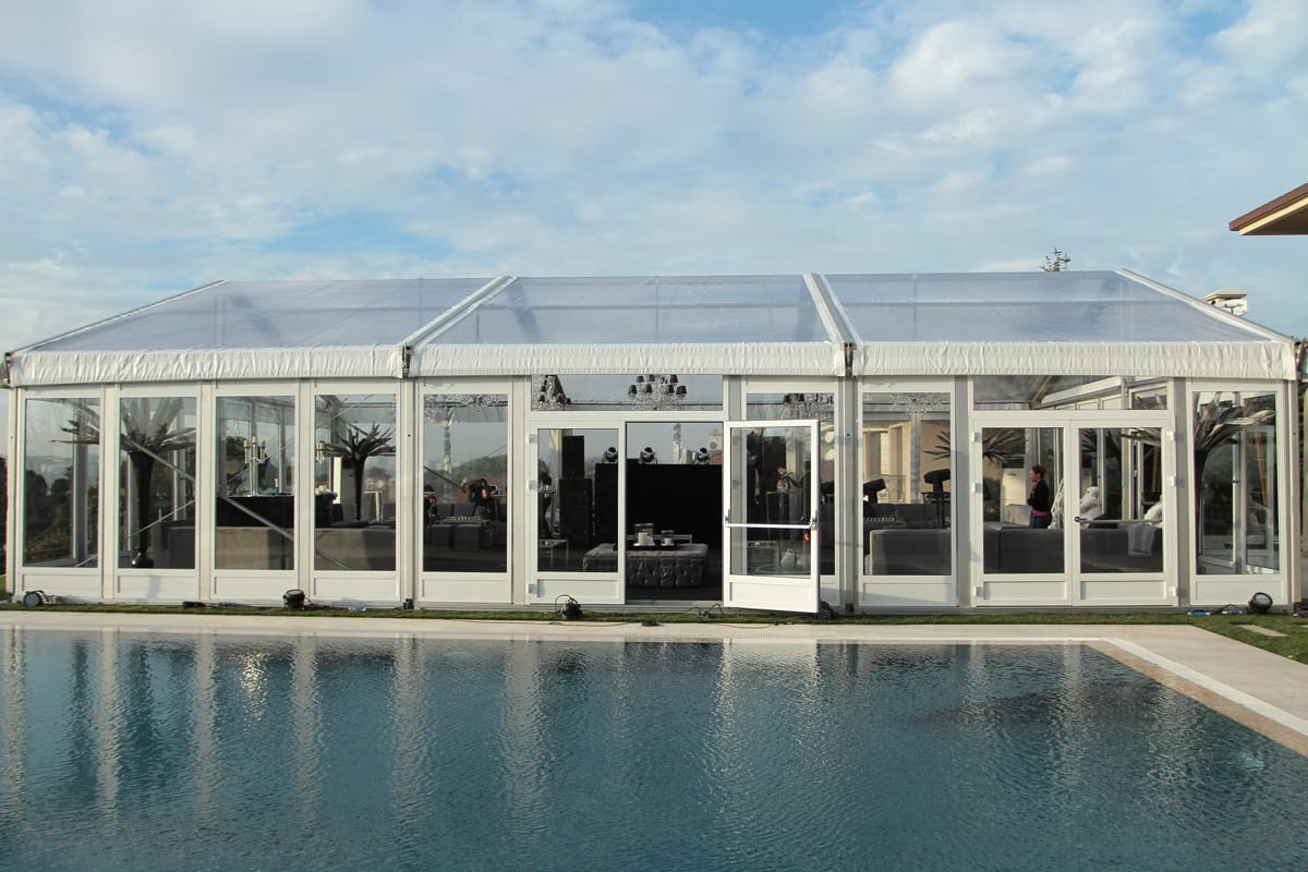 Durchsichtiges Großzelt mit Palmen am Pool