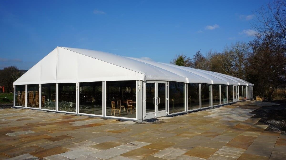 Zelt mit Thermodach und Glaswänden für ein Feriendorf
